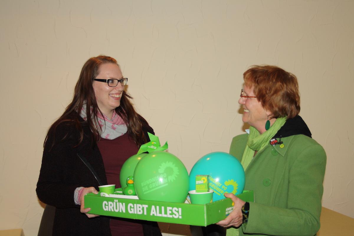 Regine Steffen begrüßt Anna Fleischer