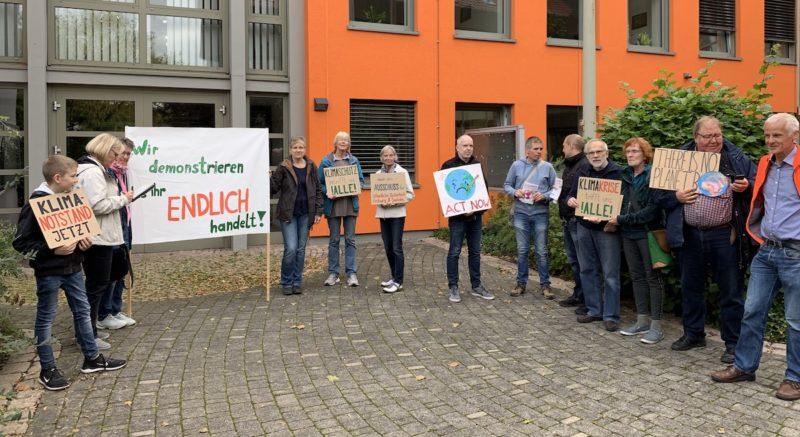 Mahnwache vor einer Ausschusssitzung von Fridays for Future und Parents for Future Enger